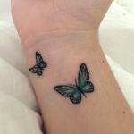 tatuaje de dos mariposas juntas en la muñeca