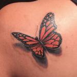 tatuaje de una mariposa monarca en el hombro