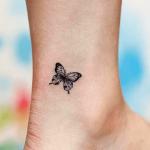 tatuaje de una mariposa pequeña hecho en el tobillo