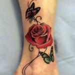 tatuaje de una mariposa y una rosa en el antebrazo
