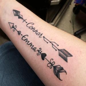 tatuaje de flechas para madres con nombre de los hijos que simbolizan el amor
