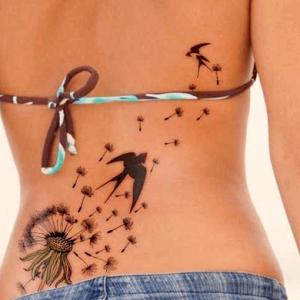 Tatuaje de diente de león que se transforma en gaviotas volando en la espalda