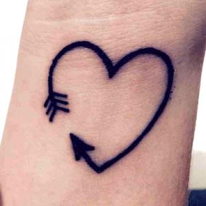 tatuajes para parejas de flechas con forma de corazón