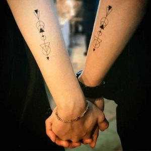 tatuajes complementarios para parejas de flechas con formas geométricas