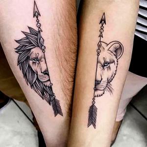 tatuajes complementarios para parejas de flechas y cabezas de leones