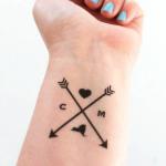 significado de los tatuajes de flechas con iniciales