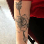 significado de los tatuajes de flechas con rosas
