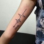 significado de los tatuajes de flechas y electrocardiograma