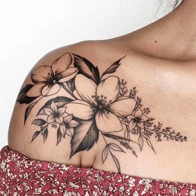 dibujo de un tatuaje de una flor hawaiana en el hombro