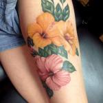 tatuaje de una flor hawaiana de color amarillo