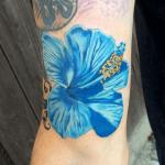 tatuaje de una flor hawaiana de color azul