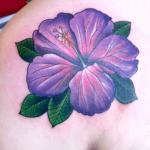 tatuaje de una flor hawaiana de color morado