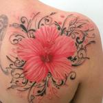 tatuaje de una flor hawaiana de color rojo