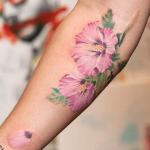 tatuaje de una flor hawaiana de color rosa