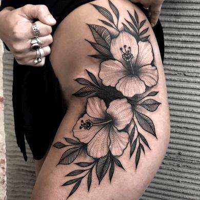 tatuaje de la flor de hibisco hawaiana en la pierna