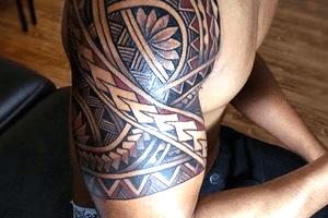tatuajes maoríes en el brazo