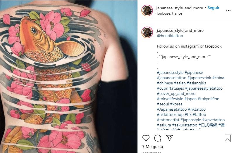 significado tatuaje de pez koi con flores de cerezos