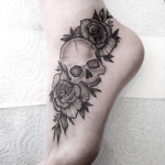 tatuajes de rosas con calaveras