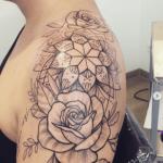 tatuajes de rosas con mandalas