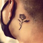 tatuajes de rosas en el cuello